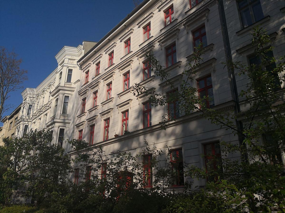 Gezeigt wird ein Mehrfamilienhaus mit Mietwohnungen in Berlin. Die Immobilie besticht durch die attraktive Fassadengestaltung und die roten Fensterrahmen, die dem typischen Berliner Altbau ein unverweckselbares Aussahen geben. Fotografiert wurde die Immobilie von Christian Fahl dem Makler und Gutachter aus Strausberg Ihrem Ansprechpartner für Verkauf, Vermietung und Gutachten in Strausberg. Ich freue mich auf Ihren Auftrag.