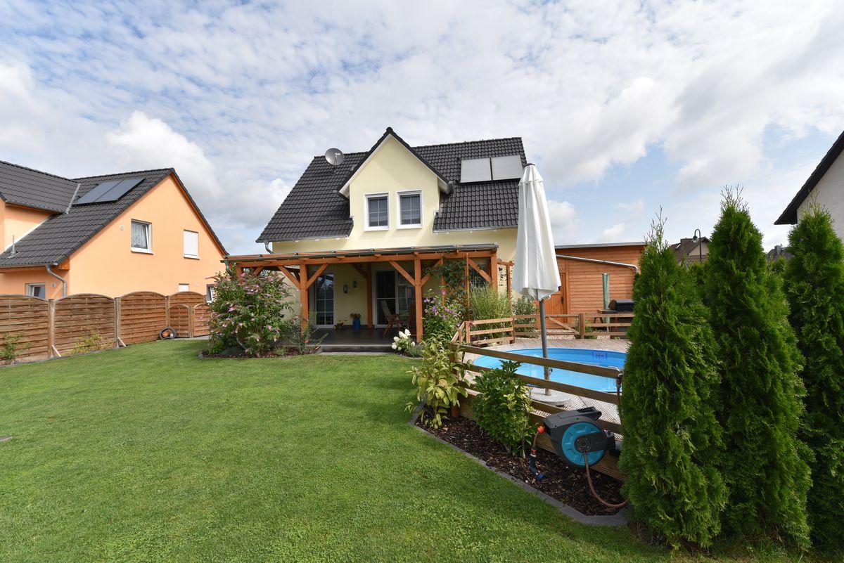 Das Bild zeigt eine Immobilie die vom Makler und Gutachter Christian Fahl in Strausberg zum Verkauf angeboten wird. Das Einfamilienhaus ist 2016 erbaut, verfügt über 5 Zimmer und ist hochwertig ausgestattet.