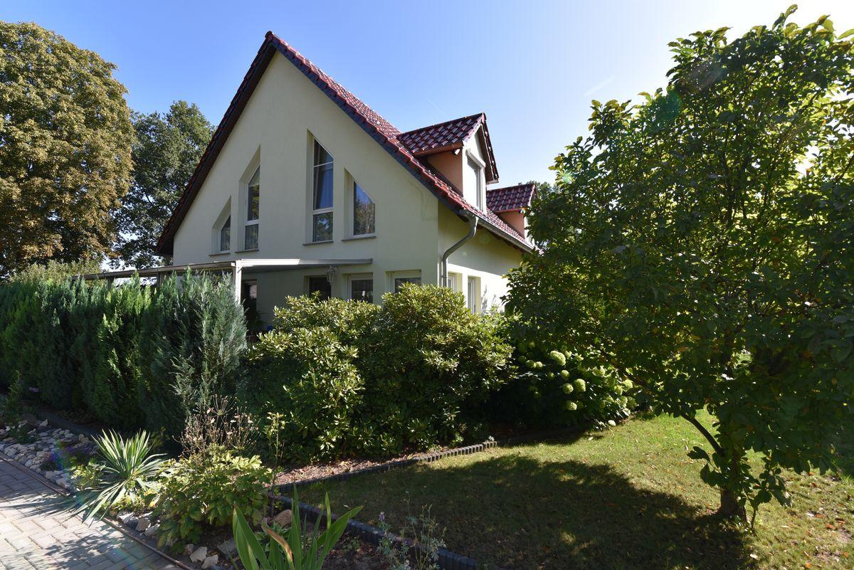 Fahl Immobilien Makler aus Strausberg bietet dieses Einfamilienhaus im Alleinauftrag an.