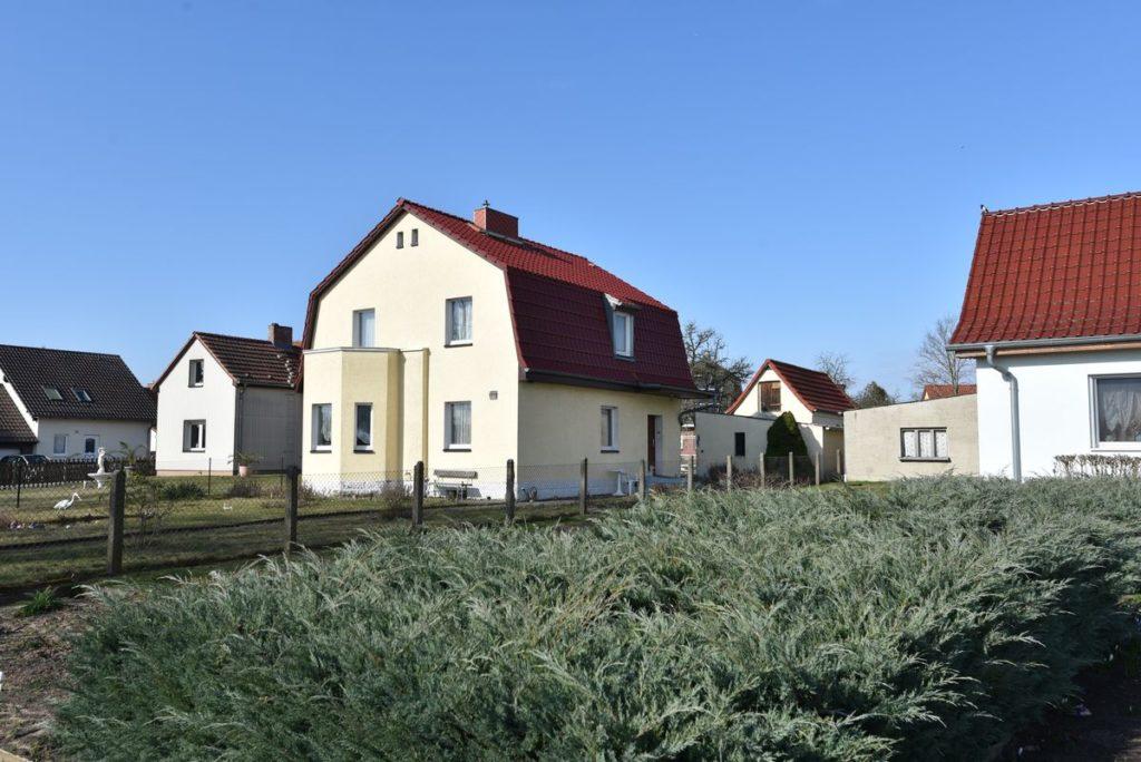 Das gepflegte EInfamilienhaus steht in Strausberg von Fahl Immobilien Immobilienmaker und Gutachter zum Verkauf. Diese gepflegte Immobilie mit großem Grundstück kann bald Ihr neues Eigenheim sein.